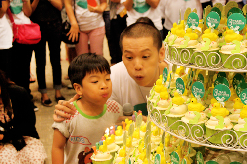 Kacha and his fans in the birthday party held at King Chulalongkorn Memorial hospital